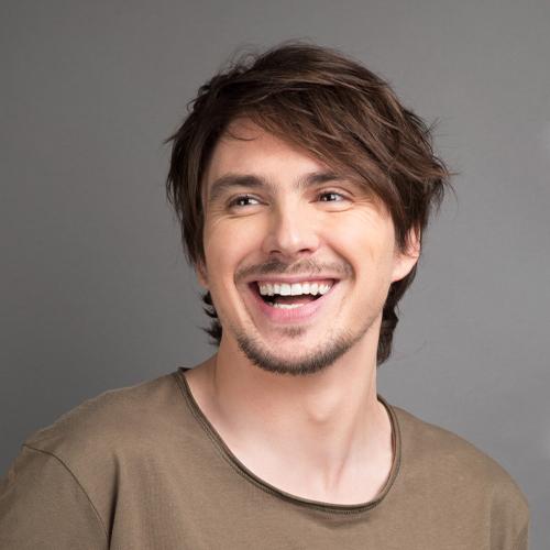 Guillermo Guiz artiste smile and song